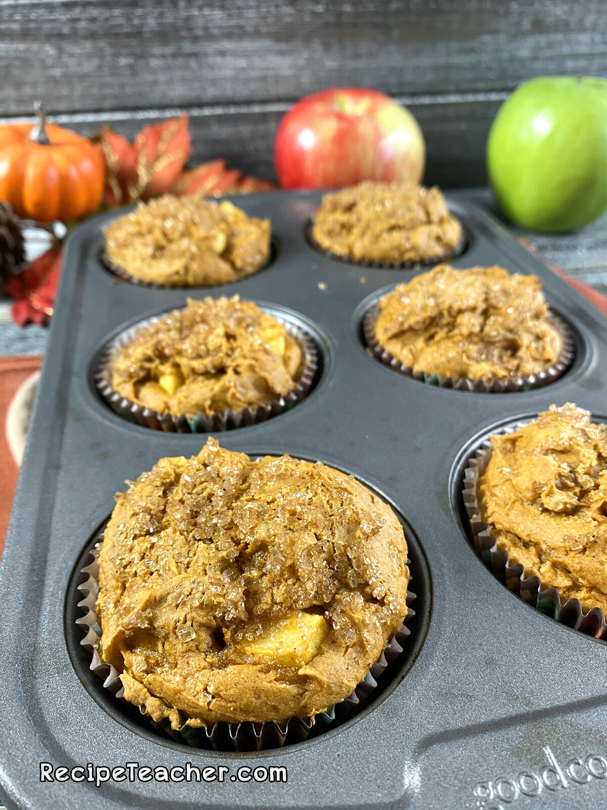 Recipe for pumpkin spice muffins with fresh apples